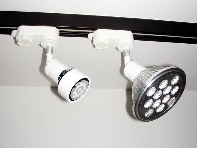 schwarz LED Schienen-Strahler NEWTRACK GU10//230V,schwenkbarer 3-Phasen-Strahler,Schienensystem,Stromschienenstrahler,Deckenstrahler mit eingebaute LED-Lampen 35W,Der Winkel der Lichtverteilung 15/°